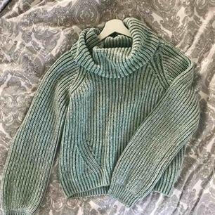 Grön/vit stickad polo tröja i medium från bikbok. Passar även small. Perfekt skick! 70kr