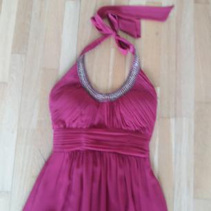 Blå klänning aldrig använd strl M för axel/ner på armen. Pris 300kr Röd lång klänning från pink&purple nypris 1600 strl 38 Pris 600 Obs behöver tvättas av i neder kant med vatten.  Skor strl 39 per par 100kr.