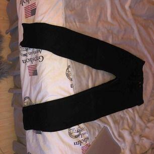 Svarta jeans från hm, säljes på grund av ingen användning