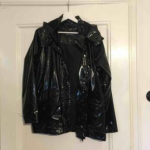 Rut & cirkle lack regnjacka. Klassisk modell med avtagbar luva  Möts upp i sthlm eller så står köparen för frakten