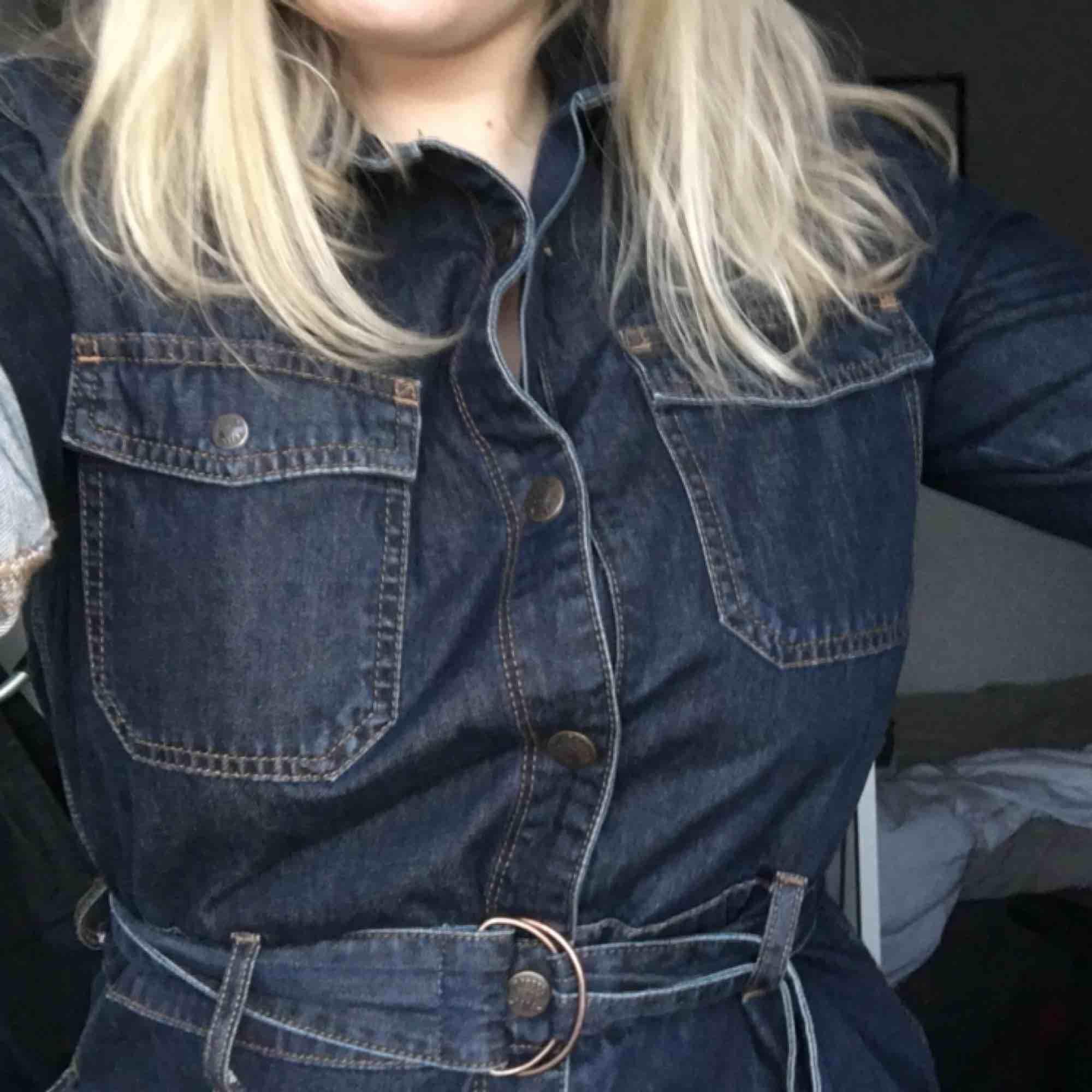 Super snygg jeans klänning från dobber<3 förtjänar en trogen ägare. Går 15 VM över knäna. Klänningar.