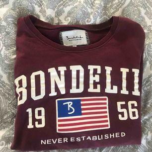 Vinröd sweatshirt från bondelid, märkt i storlek L men passar mig med S. Väldigt bra skick! 40kr