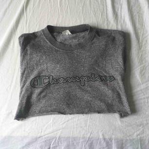 ascool croppad Champion t-shirt! ganska croppad men skitsnygg typ på sommaren :) fint skick, skönt material. möter upp i göteborg eller så betalar köparen frakt. puss