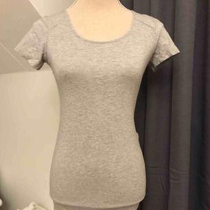 Tight, grå, ganska lång klänning med cool urringning fram & vid ryggen. Knappt använd.