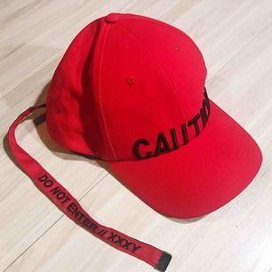 """Cool röd keps från Junkyard med text """"CAUTION"""" och med säkerhetsspänne. Aldrig använd! Frakt tillkommer 🌹"""