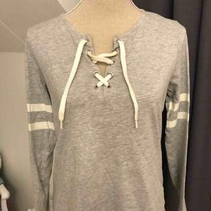 Grå tröja med snörning, knappt använd, från lager 157.