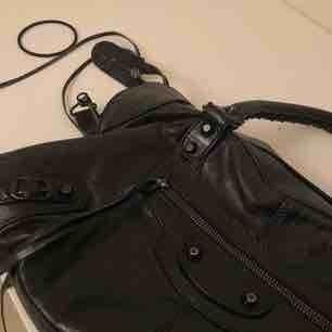 Balenciaga Giant City bag Svart handväska i skinn med svarta detaljer. Tyvärr finns inte kvitto kvar då den är köpt för så länge sedan begagnad. Välanvänd därav det låga priset.