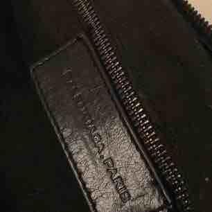 Balenciaga Giant City bag Svart handväska i skinn med svarta detaljer. Tyvärr finns inte kvitto kvar då den är köpt för så länge sedan begagnad. Välanvänd därav det låga priset. . Väskor.