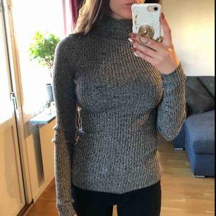 Stretchig tröja från H&M med turtleneck, går att vika ner kragen om man tycker den är för hög