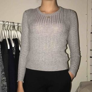 Stickad tröja, använd men i bra skick! Snygg att ha som den är eller med en skjorta under. Kan fraktas (+50kr)