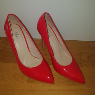 Oanvända röda pumps i väldigt bra skick. Möts i Sthlm eller köparen står för frakt. ❤❤