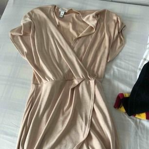Guldig klänning från Nelly som skimrar lite! Knappt använd bra skick