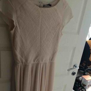 Beige klänning från Gina tricot, aldrig använd!