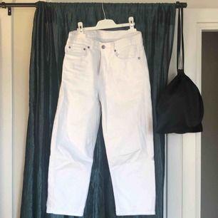 Vita croppade jeans från dr denim. Så gott som nya då de endast använts ett fåtal gånger. Nypris ca 500 kr! (frakt tillkommer)