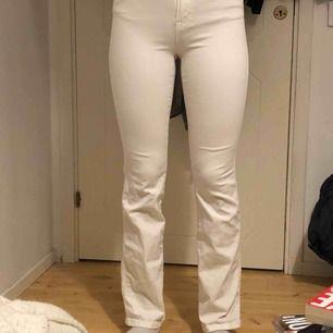 Sköna & stretchiga jeans i modellen Lily Stretch Jeans från Filippa K. Pris kan diskuteras och om man vill ha fler bilder är det bara att fråga💕  På rumpan är de ett litet brunt märke men inget som märks!