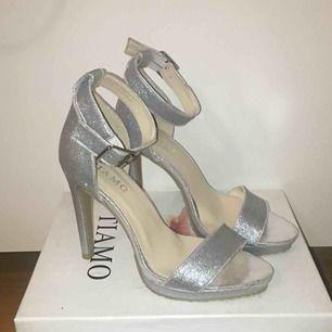 Högklackade skor från Tiamo, passar perfekt för balen eller andra fester! Använt 1 gång. Frakt tillkommer på 60kr
