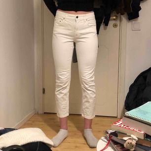 Fina och lite kortare jeans i modellen Niki Crop. Twill Jeans från Filippa K. Pris kan diskuteras och för fler bilder är det bara att kontakta mig💕