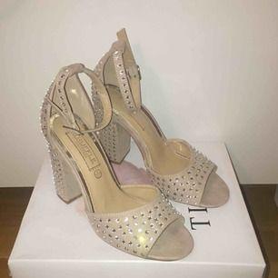Jättefina högklackade skor som passar till balen eller andra fester! Använt 1 gång. Frakt tillkommer på 60kr