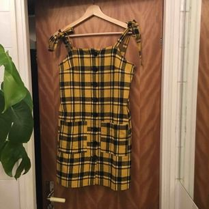 Snygg 90-tals klänning med prislappen kvar. Går att justera axelbanden i den längd som passar och knyta som man vill ✨