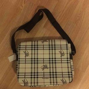 Burberry (fake) väska säljes pga ingen användning. Nyskick. Spårbar frakt: 49kr