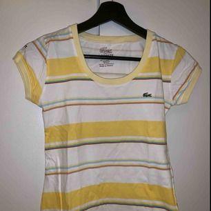 Jättesöt t-shirt från Lacoste! Säljer pga tycker att det är synd att den inte kommer till användning då den är något liten för mig som vanligtvis har S/M 💛 NYPRIS: Ca 100kr, kommer inte ihåg exakt, köparen står för frakten!