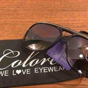 """Nya solglasögon från Colorez i """"2 stripe"""" modell, skickar med ett fodral från Colorez. Betalning sker enklast med Swish 30:- plus frakt 9:- =39:- totalt"""