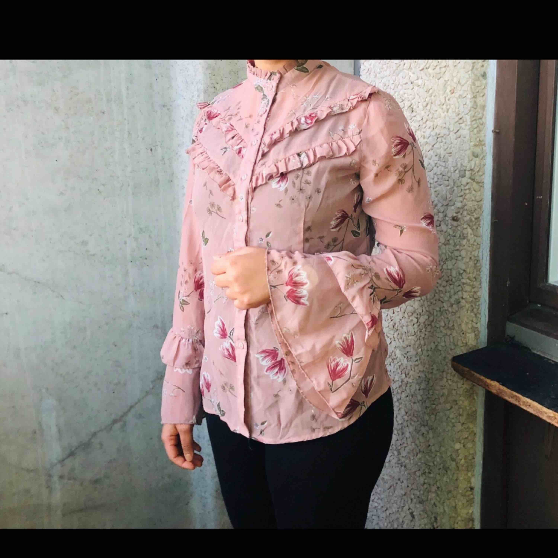 Jättefint rosa blus från ginatricot. Storlek S Fraktar ej Kolla på mina andra annonser också . Blusar.