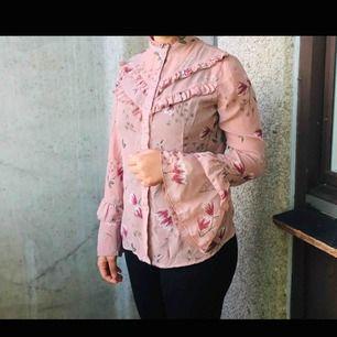 Jättefint rosa blus från ginatricot. Storlek S Fraktar ej Kolla på mina andra annonser också