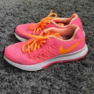 Neonrosa skor med orangea detaljer, en bra sko för träning och vardagsbruk!