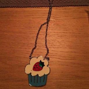Reglerbart halsband med stor cupcake. Frakt: 9 kr 🌷