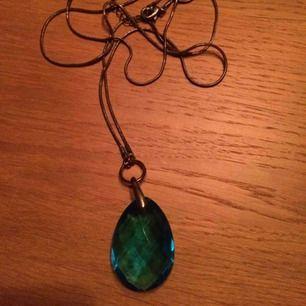 Reglerbart halsband med stor turkos sten. Kedjan är väldigt lång. Frakt: 9 kr