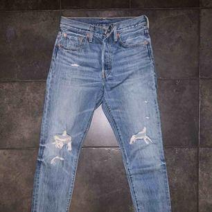 Levis Jeans, använda 1-2 gånger. Säljes pga. gått ner i vikt så de är alldeles för stora för mig. W27 L30