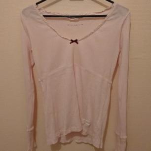 Odd Molly rib jersey tröja, spätsklädd med v-ringning med en rosett framtill. Matrial:100% ekologisk bomull Storlek 1, motsvarar S -Ny pris 595:-