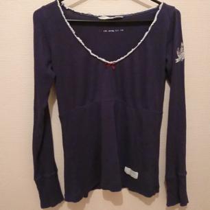 Odd Molly rib jersey tröja, spätsklädd med v-ringning med en rosett framtill. Matrial: 100% ekologisk bomull Storlek 1, motsvarar S. - Ny pris 595:-