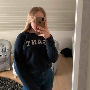 Fin Gant tröja i storlek XS, tröjan är marin blå och inte lika ljus som på bild 2 och 3. Priset kan diskuteras. Kan mötas i Uppsala eller frakta. Köparen står för frakten☺️