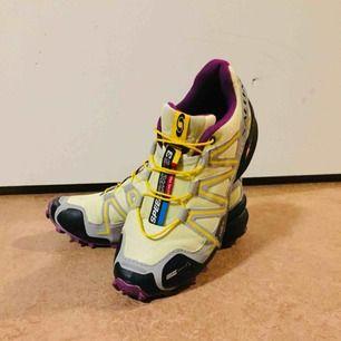 Salomon Speedcross 3 Climashield är en trailsko Skons climashield skyddar fötterna mot fuktigt underlag. Contagrip sulan ger ett bra grepp om vått och lerigt underlag.  Använda ett fåtal gånger då dom är för små för mig Köpta för 1299kr
