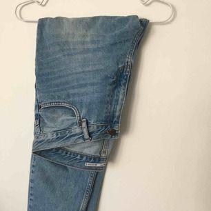 Girlfriend-jeans från Junkyard. Storlek 30, passar storlek 36-38.