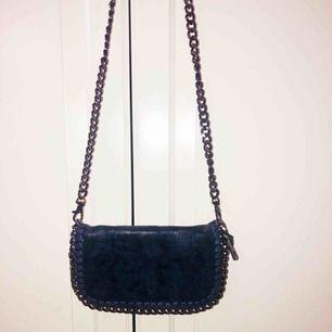 Jättesöt mörkblå Stella McCartney liknande axelbandväska med kedja 💙 fortfarande bra kvalité pga inte speciellt använd. Att mötas upp eller frakt fungerar naturligtvis!