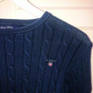 Mörkblå kabelstickad tröja från Gant. Dammodell strl XS. Priset går att diskutera 💙 mötas upp eller frakt går naturligtvis!