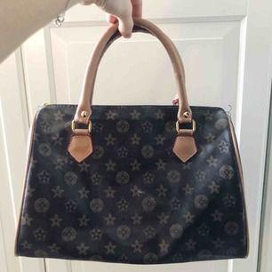 Louis Vuitton liknande handväska med mönster & gulddetaljer 💓 pris går att diskutera!