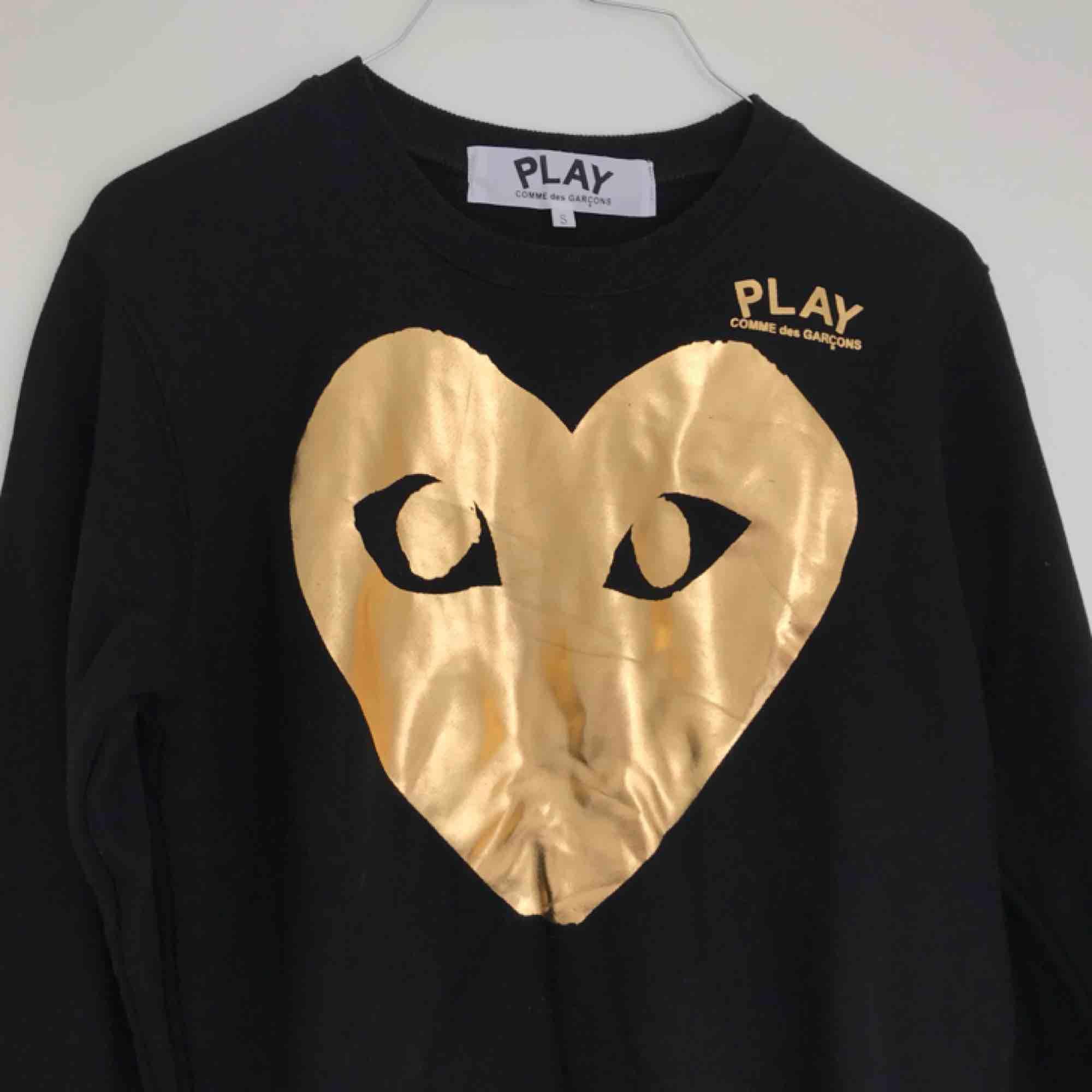 Comme des garcon tröja, troligen fejk, men väldigt snygg. Aldrig använd. . Huvtröjor & Träningströjor.