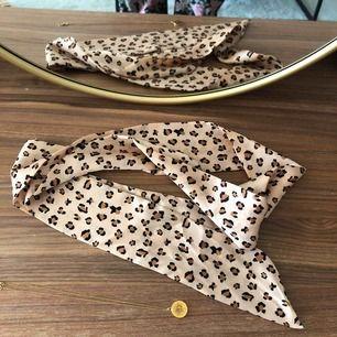Fri frakt! Jättefin scarf, supersnygg runt halsen, midjan eller som detalj till väskan! 🌞 Använd en gång.
