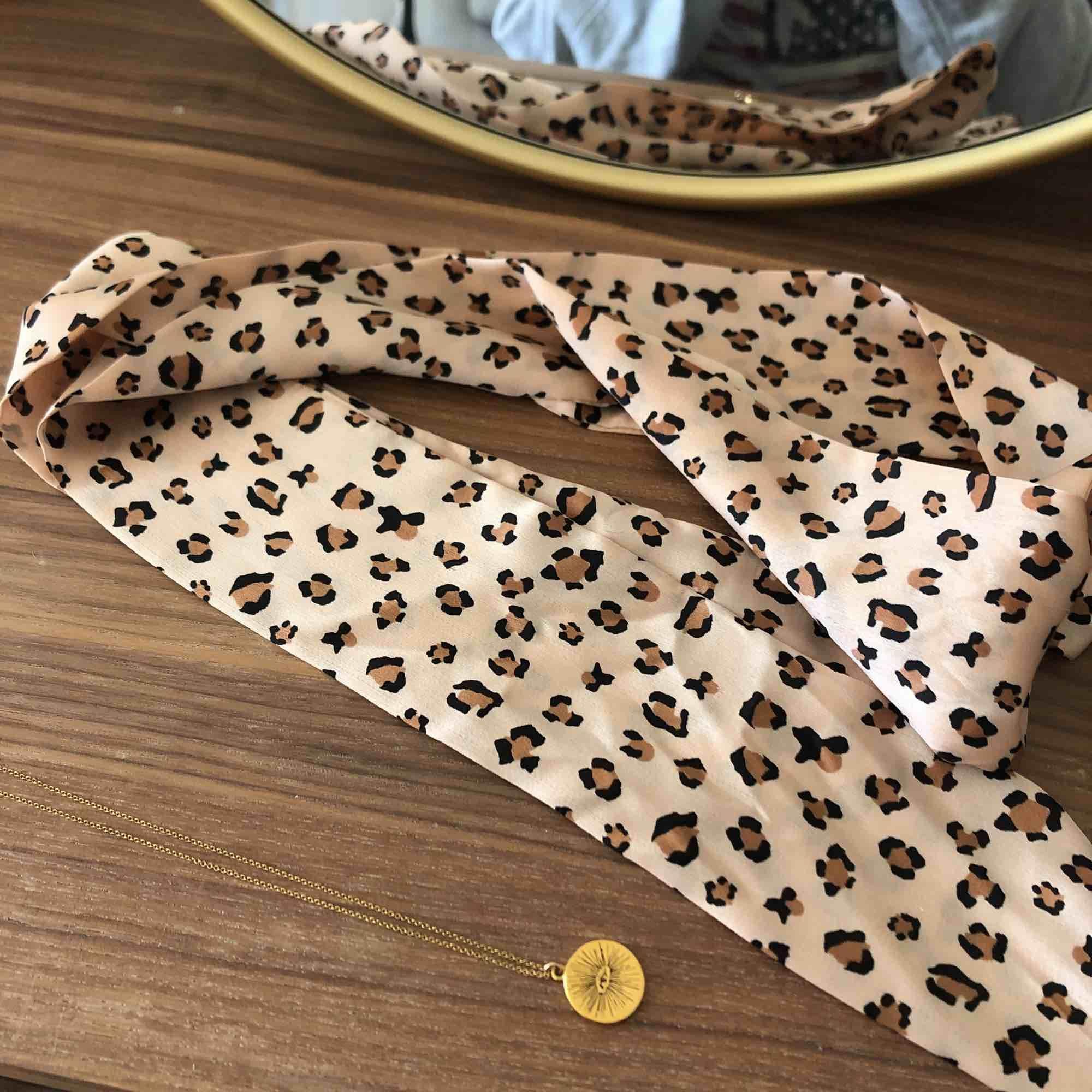 Fri frakt! Jättefin scarf, supersnygg runt halsen, midjan eller som detalj till väskan! 🌞 Använd en gång. . Accessoarer.