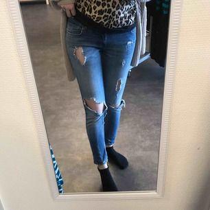 Slitna jeans med dragkedja vid ankeln.  Köpare betalar frakten✨ (ca 36kr)  Storlek 36-38
