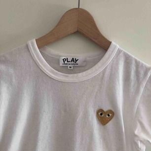 Vit PLAY Comme des gracons T-shirt i storlek M! Ganska liten i storleken så passar XS-S!  Enbart använd ett fåtal gånger. Köparen står för frakt😊