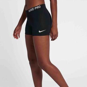 Sköna träningsshorts från Nike! Ett måste i garderoben för löparturer, eller för volleyboll- och tennisspelare som vill röra sig smidigt 🤩 Använda men väldigt fint skick!