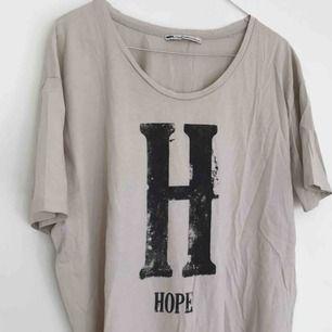 Tshirt från Hope i perfekt skick. Frakt ingår💘