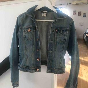 Säljer en jeans jacka som tyvärr blivit för liten för mig. Den är i bra skick bara använd ett fåtal gånger 🥰 skriv om du vill veta ngt eller ha mera bilder.