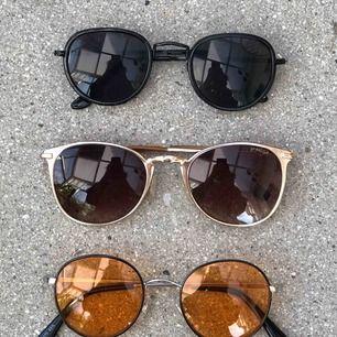 Olika solglasögon köpte från olika ställen, de bruna: 15 kr, de svarta: 18kr, de orangea är sålda