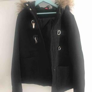 En kappa med luva från H&M säljer för att den inte kommer till användning.